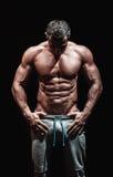Mycket muskulös stilig idrotts- man royaltyfria bilder