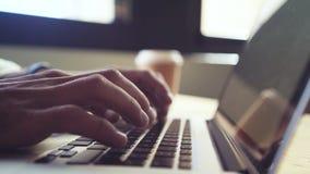 Mycket nära sköt händer som skriver bärbara datorn i kafé stock video