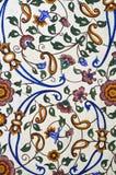 Mycket nätt färgrik blom- modellmålning på väggen Arkivfoto