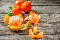 Mycket ny mandarin eller mandarine med gröna blad på trägolv Fotografering för Bildbyråer
