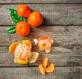 Mycket ny mandarin eller mandarine med gröna blad på trägolv Royaltyfria Bilder