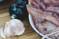 Mycket ny rå tioarmad bläckfisk i köket Royaltyfri Bild