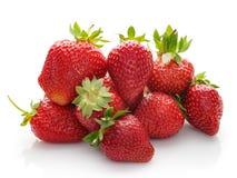 Mycket nya jordgubbar på en vit bakgrund royaltyfria bilder