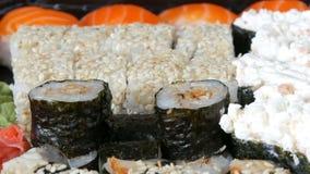 Mycket olika Nigiri Gunkan Maki Sushi med sikt för slut för gurka för ållaxPhiladelphia ost övre arkivfilmer