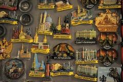 Mycket ouvenirmagneter med St Petersburg för skull Arkivbild