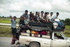 Mycket packat med folkbilen på den lokala vägen royaltyfria foton