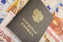 Mycket pappers- eurobonds som delen av handelsystemet med en arbetsbok av RFEN som överst ligger arkivfoton