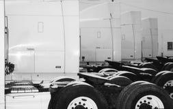 mycket parkerande lastbilar arkivbild