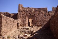 Mycket populära filmskapare som rekonstruerar kasbahen Ait - Benhaddou, Marocko Royaltyfri Bild