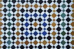 Mycket populärt färgrikt Zellige arbete, gammalt marockanskt symmetriskt belägga med tegel, mosaikvägg i Marrakesh, Marocko arkivfoto