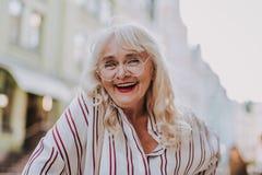 Mycket positiv gammal kvinna i exponeringsglas arkivbilder