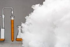 Mycket rök och ånga i det kemiska laboratoriumet Royaltyfria Foton