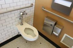 Mycket ren offentlig damtoalett med den belade med tegel väggen och golvet royaltyfri foto