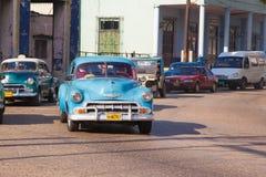 Mycket retro biltaxi i staden av havannacigarren Gammalt område av Serrra fotografering för bildbyråer