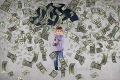 Mycket rik liten affärsman, pengar som faller från över arkivbild