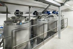 Mycket rostfritt stålbehållare med stora runda luckor, modern dryckproduktion Arkivfoto