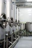 Mycket rostfritt stålbehållare med stora runda luckor, modern dryckproduktion Royaltyfri Bild
