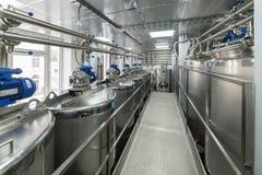 Mycket rostfritt stålbehållare, modern produktion av andar arkivfoto