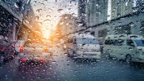 Mycket sällsynt regnig dag i bangkok som sedda igenom bilfönster royaltyfri bild