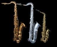 Mycket - sikt av att stå för tre saxofoner arkivbilder