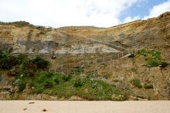 Mycket - sikt av för trappuppgångstrand för 86 moment trätillträde på Gibson Step, strand, Australien, Victoria, port Campbell, Royaltyfria Foton