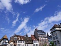Mycket små gamla europeiska byggnader med ljus blå himmel i Strasbourg, Royaltyfri Bild