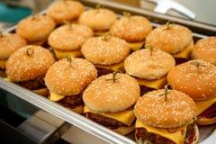 Mycket små hamburgare på att sköta om för händelse royaltyfria foton