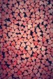 Mycket små röda hjärtor på mörk bakgrund fotografering för bildbyråer