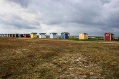 Mycket små stugor på kusterna av Östersjön Arkivbilder