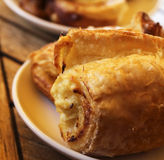Mycket smakligt och bakelser på en frukost Royaltyfri Fotografi
