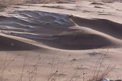 Mycket smutsig snö som resultat av stark vind Royaltyfria Foton