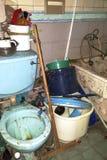 Mycket smutsig toalett och eftersatt badrum Fotografering för Bildbyråer