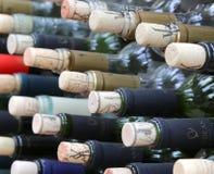 Mycket staplade upp vinflaskor med korkar arkivfoton