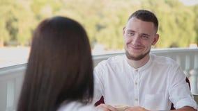 Mycket stiligt och attraktivt mansammanträde i ett kafé för en kopp kaffe stock video