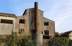 mycket stor abbandoned fabrik med den höga lampglaset Arkivfoto