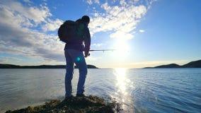 Mycket tätt bakre sikt till den funktionsdugliga fiskaren Man bete och kast för kontroll driftigt det långt in i havet Kontur av  stock video