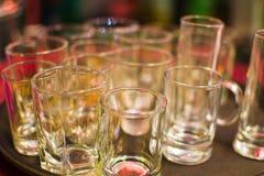 Mycket tomma vinexponeringsglas på ett magasin Royaltyfri Foto