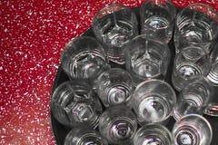 Mycket tomma vinexponeringsglas på ett magasin Royaltyfri Bild