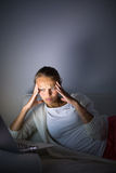 Mycket trött ung kvinna som bränner midnigholjan Royaltyfri Bild