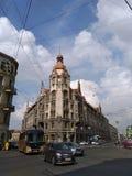 Mycket trevlig byggnad med den röda tornspiran i mitt av St Petersburg fotografering för bildbyråer