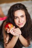 Mycket trevlig modell av person som tillhör en etnisk minoritet, finns det en röda Apple Arkivbild