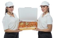 Mycket trevliga tvilling- systrar med olika sorter av pizza Royaltyfri Foto