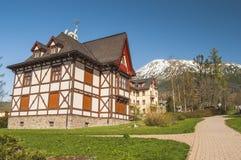 Mycket trevligt hus i bergen Royaltyfria Bilder