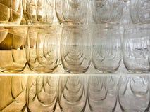 Mycket tunna genomskinliga glass exponeringsglas i åtskilliga serier i ett shoppafönster toning Royaltyfri Foto