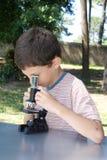 mycket ung forskare arkivfoton