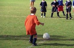 mycket ung spelarefotboll Arkivfoto