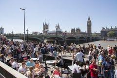 Mycket upptagen London södra bank med stora ben och westminsterbridge I Arkivbilder