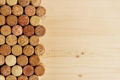 Mycket vinkorkar på träbakgrunden, bästa sikt royaltyfri fotografi