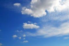 Mycket vita moln av olika typer: stackmoln cirrusmoln, i lager höjdpunkt i blå himmel arkivfoto