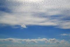 Mycket vita moln av olika typer: stackmoln cirrusmoln, i lager höjdpunkt i blå himmel fotografering för bildbyråer